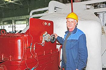 Машинист возле промышленной мельницы