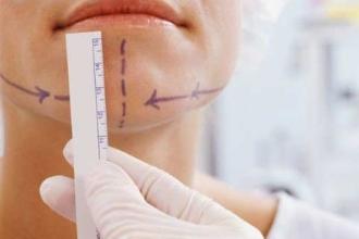 Девушка на приеме у челюстно-лицевого хирурга