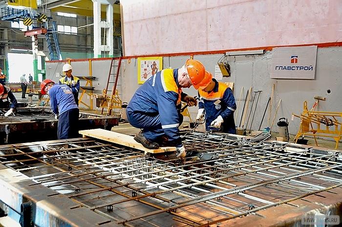 Монтажники железобетонных конструкций работают