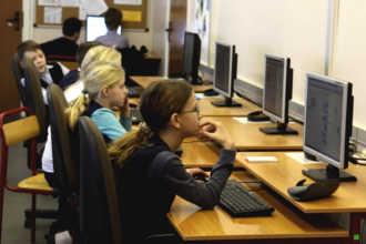 Дети занимаются у компьютеров