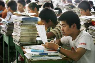 Китаец разглядывает бумагу