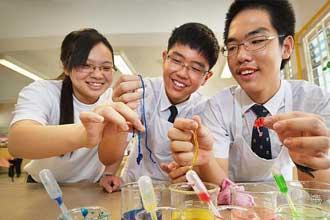 Сингапурские студенты ставят опыт