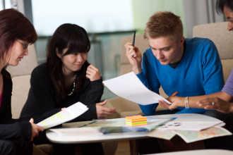Финские студенты выполняют задания