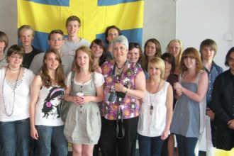 Шведские студенты позируют у флага