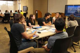 Обсуждение за столом в образовательном учреждении США