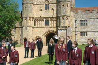 Школьники возле старой школы в Англии