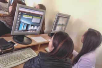 Латвийские студенты занимаются в компьютерном классе