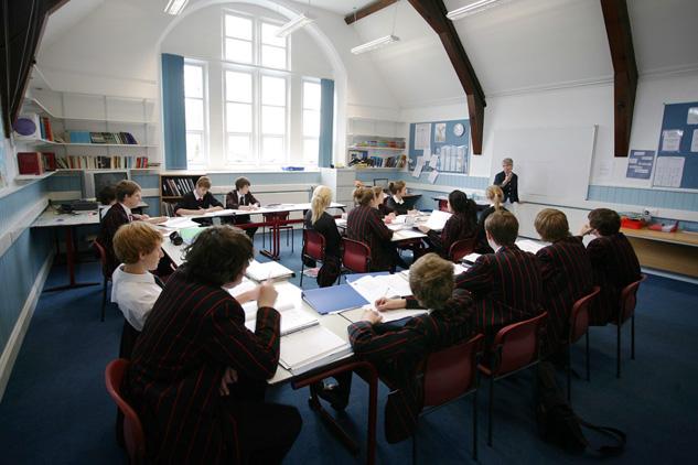 Учитель проводит урок в одной из школ Англии