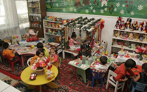 Детки на уроке дополнительного образования в Узбекистане