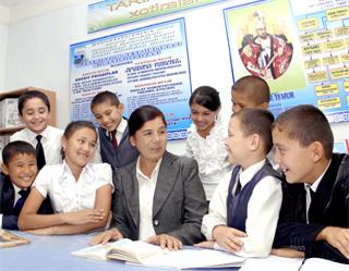Ученики узбекской школы возле преподавателя