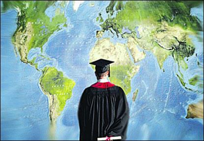 Студент на фоне карты