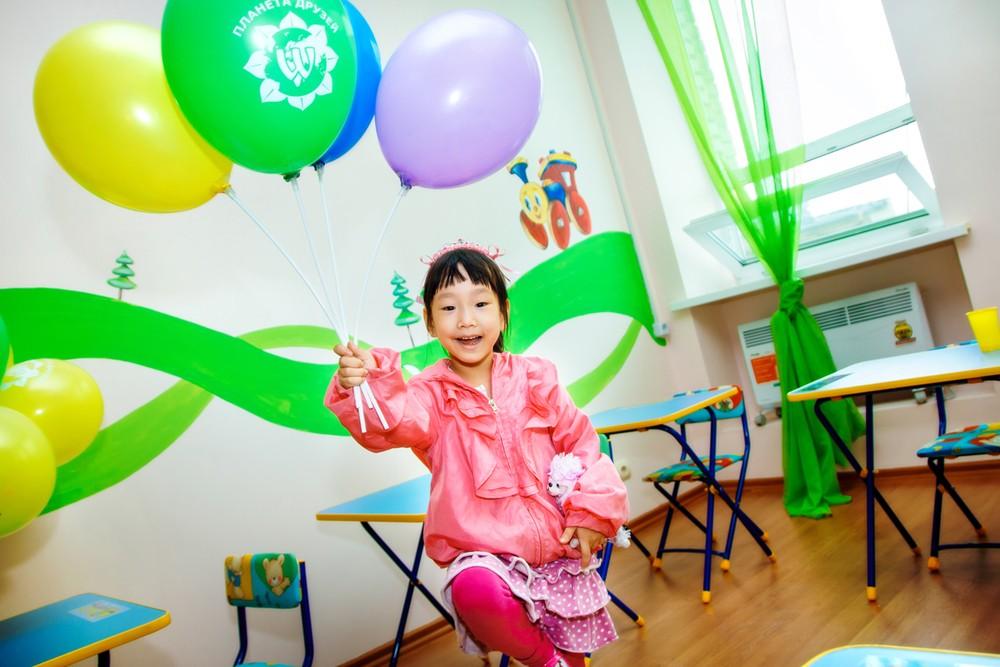 Маленькая кореянка в кабинете дошкольного образования