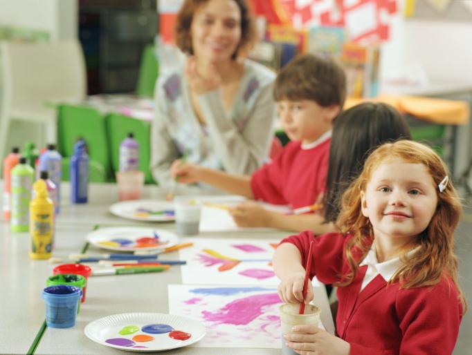Канадские детки на уроке дошкольного образования по рисования