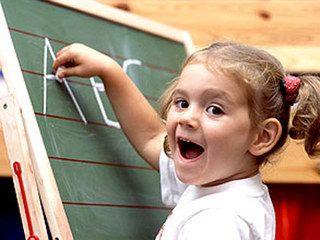 Ребенок учит алфавит на одном из уроков дошкольного образования