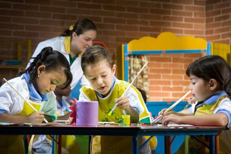 дети с преподавателем на дошкольном уроке по рисованию