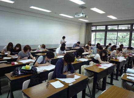Студенты японского университета на лекции