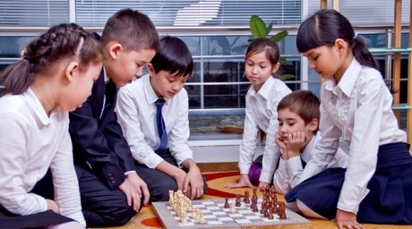 Школьники Казахстана играют в шахматы