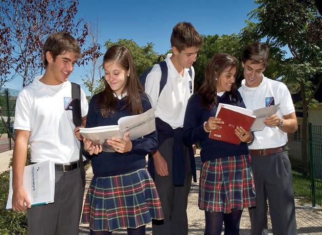 Студенты испанского вуза во время перерыва