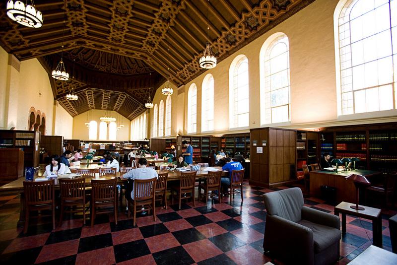 Американские студенты в библиотеке вуза
