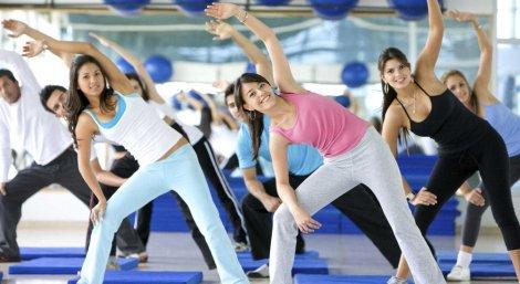 Девушки на уроке физкультуры