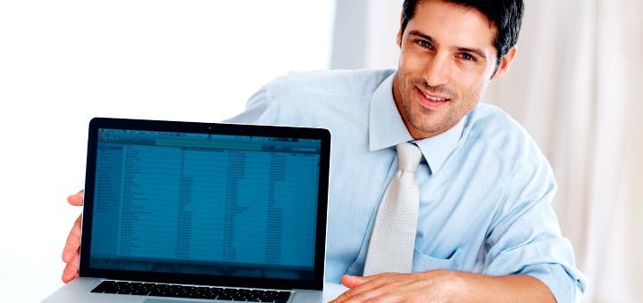 Мужчина демонстрирует таблицы Exel