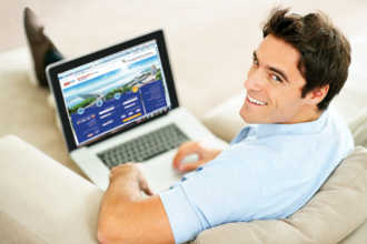 Мужчина за компьютером занимается онлайн