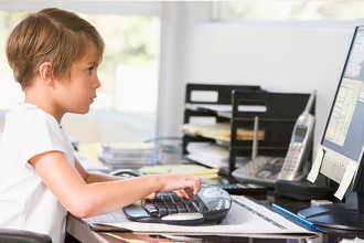 Ребенок занимается у компьютера