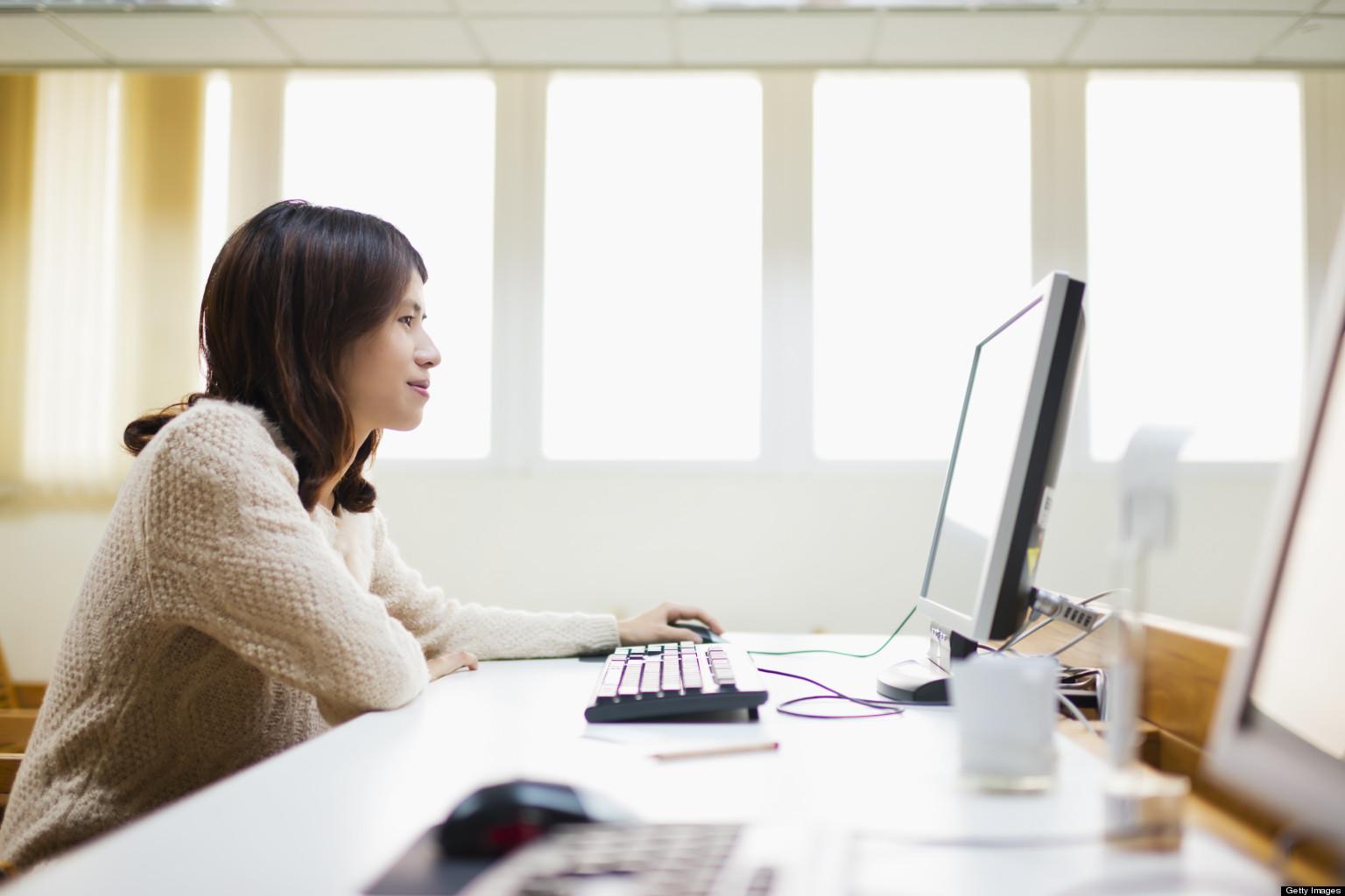 Девушка проходит онлайн обучающие курсы