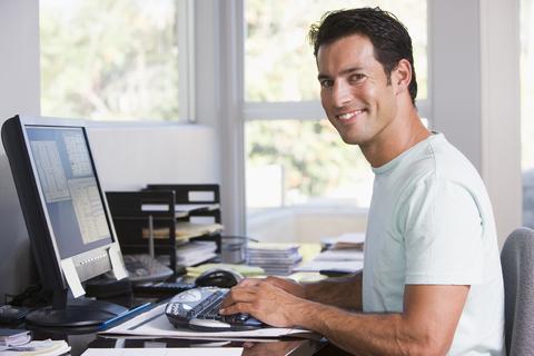 Мужчина программист работает