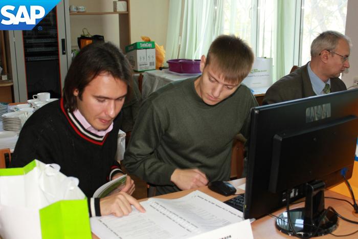 Парни проходят онлайн курс обучения программе SAP