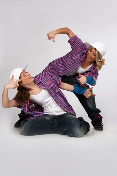 Девушки исполняют современный танец