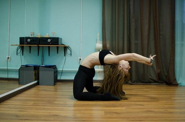 Девушка исполняет танец стрип пластику
