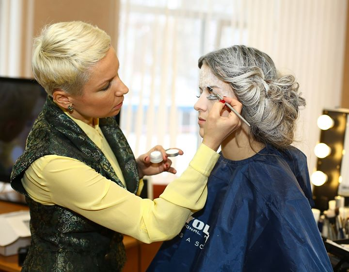 Визажист делает макияж