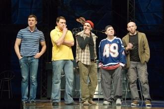 Группа молодых артистов на сцене театра