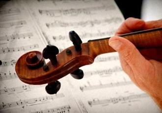 Музыкант играет на скрипке