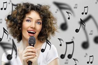 Девушка поет в микрофон