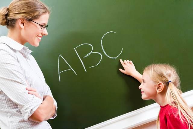 Учитель и ученица возле классной доски