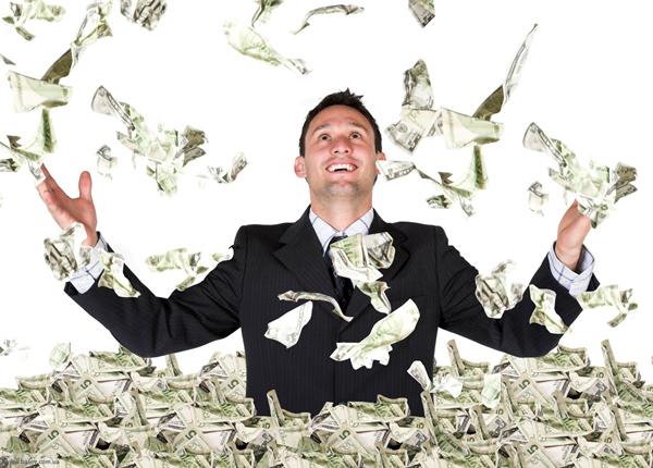 Мужчина подбрасывает вверх доллары