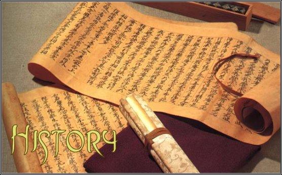 Древние свитки и пергаменты лежат на столе