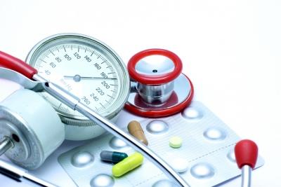 Медицинские приборы и таблетки лежат на столе