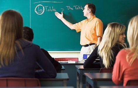 Учитель объясняет ученикам тему урока