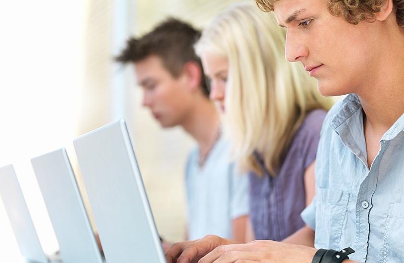 Молодые люди работают за ноутбуком