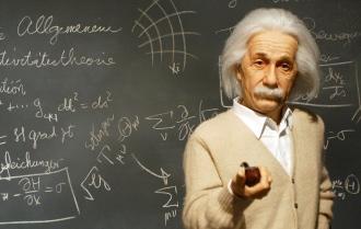 Альберт Эйнштейн на фоне классной доски