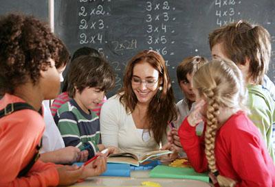 Учительница младших классов в окружении учеников