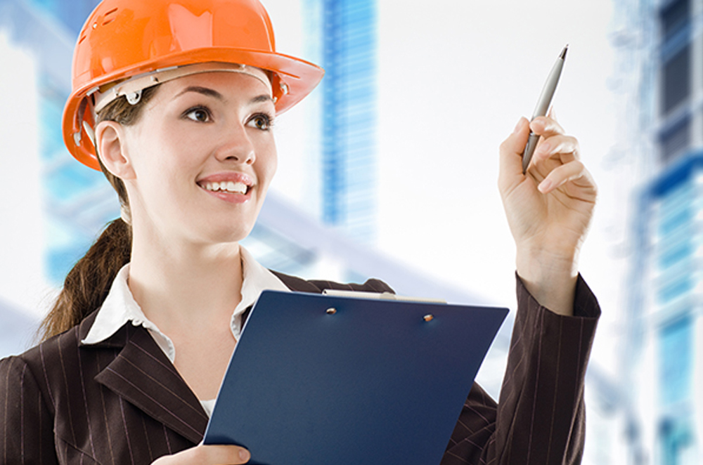 Девушка в строительной каске и с папкой в руках