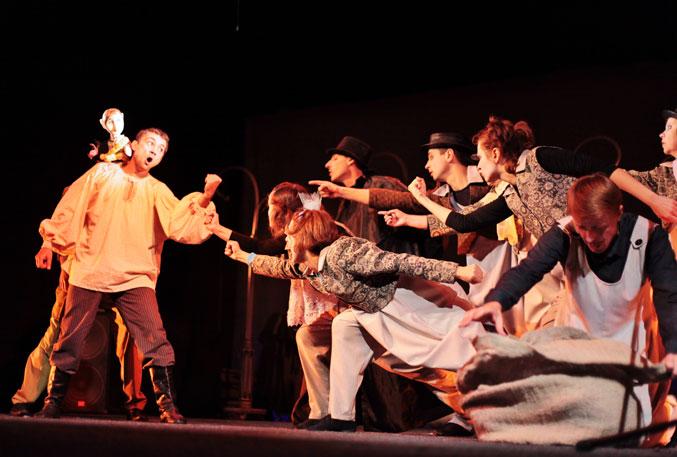 Сцена из спектакля в театре