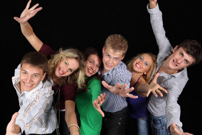 Молодые люди позируют на камеру