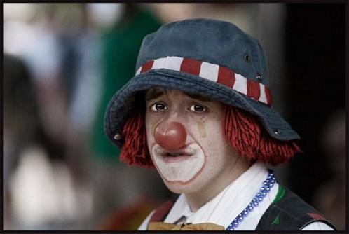 Актер в гриме клоуна
