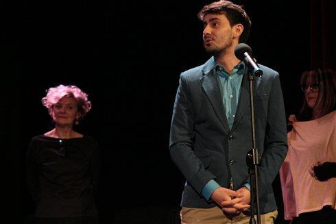 Молодой человек выступает на сцене