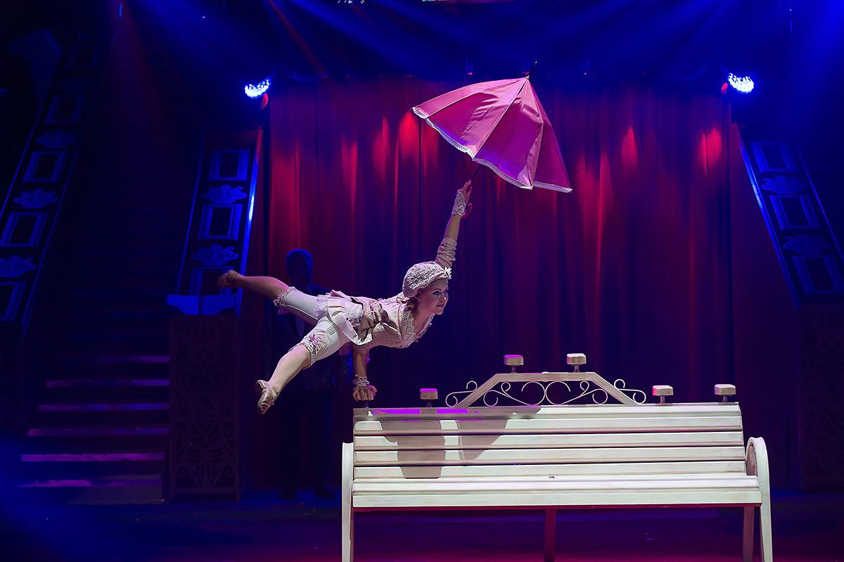 Гимнастка участвует в сценической постановке